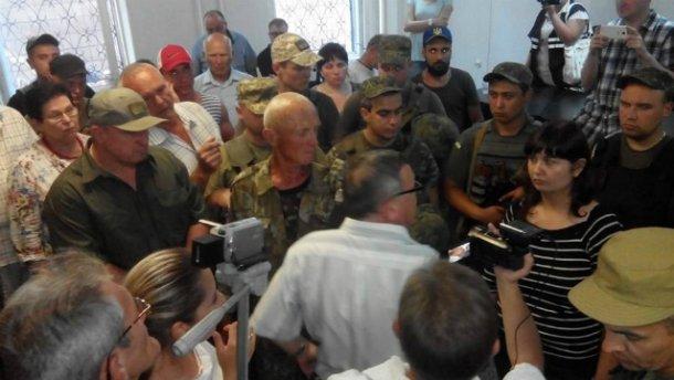 У Маріуполі сутички в суді у справі про гучне вбивство СБУшника (ФОТО, ВІДЕО)