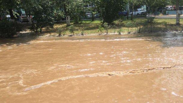 Київську Дарницю залила жовта вода