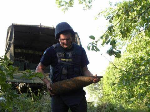 У Львові чоловік під час прогулянки знайшов снаряд