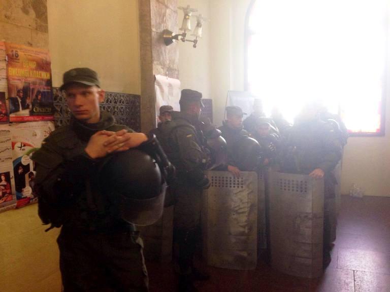 Силовики закрили Ратушу для львів'ян  (ФОТО)