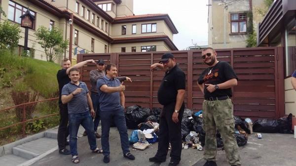 Під шикарний будинок Садового привезли контейнер зі сміттям (ВІДЕО)