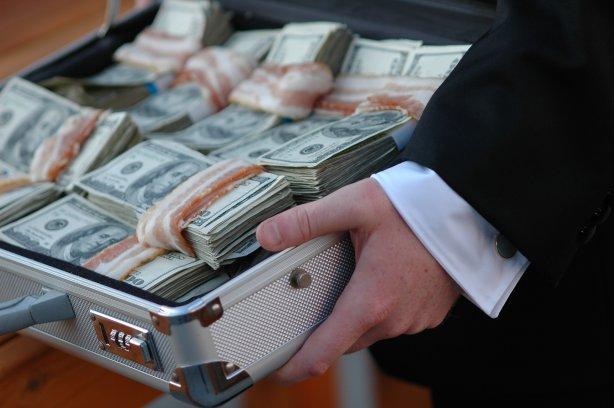 У Києві затримали чиновницю ДФС при отриманні $10 тисяч хабара (ФОТО)