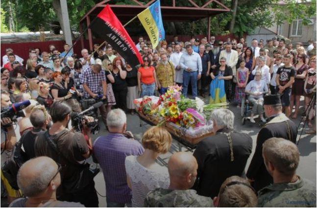Кортеж із тілом Сліпака прибув до Львова: львів'яни на колінах зустріли загиблого співака  (ФОТО)