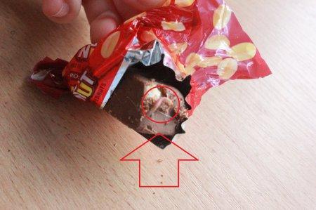 У цукерках від Президента мешканка Мукачева виявила шокуючу знахідку (ФОТОФАКТ)