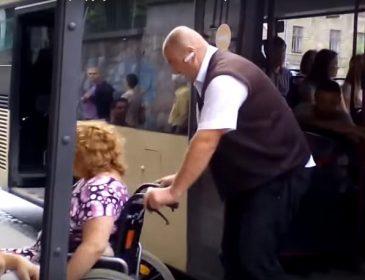 Львівський водій став героєм соцмереж: сам викотив людей на візках з автобусу (ВІДЕО)