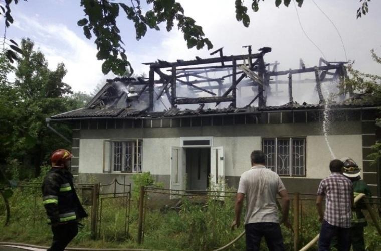 На Франківщині блискавка вщент спалила будинок (ФОТО)