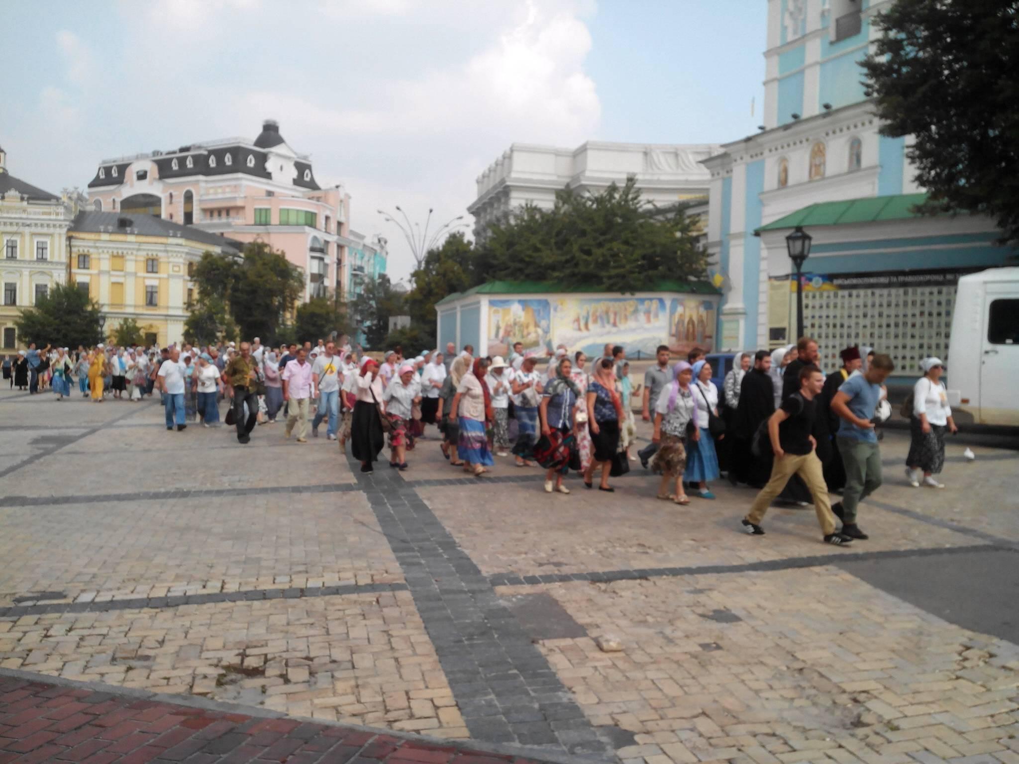 Спостерігачі повідомляють про двох затриманих учасників Хресної ходи біля металодетекторів поблизу Михайлівського собору