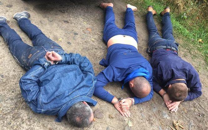 У Рівненській області злочинці місяць грабували копачів бурштину, видаючи себе за правоохоронців