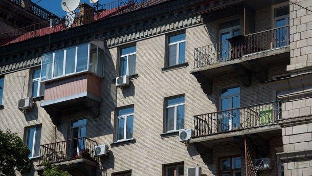 У Києві пристрасна парочка випала з балкону під час сексу