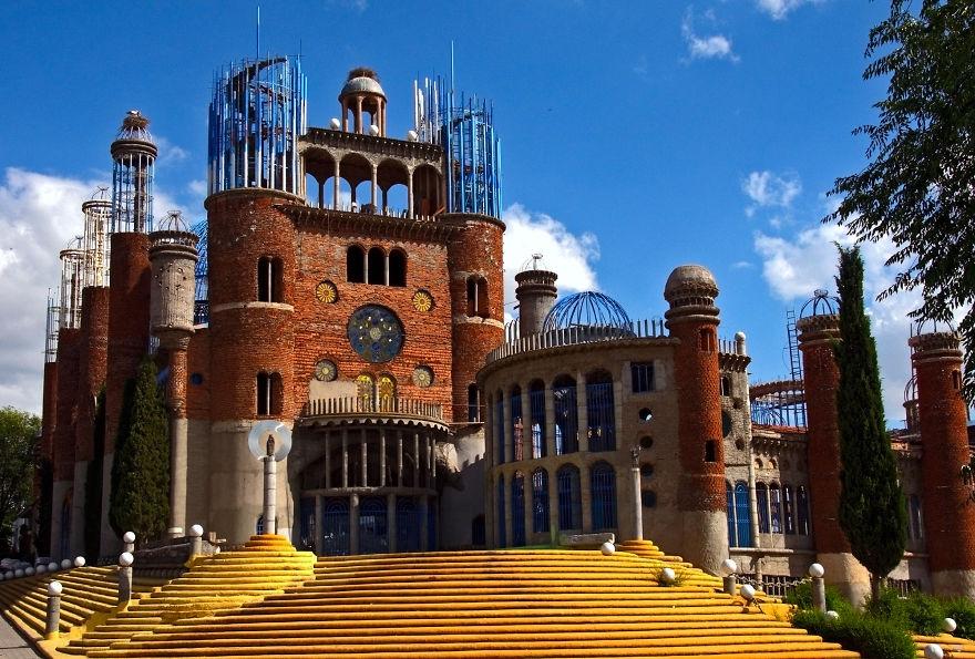 Дивовижна історія іспанця, який власноруч зводить грандіозний храм