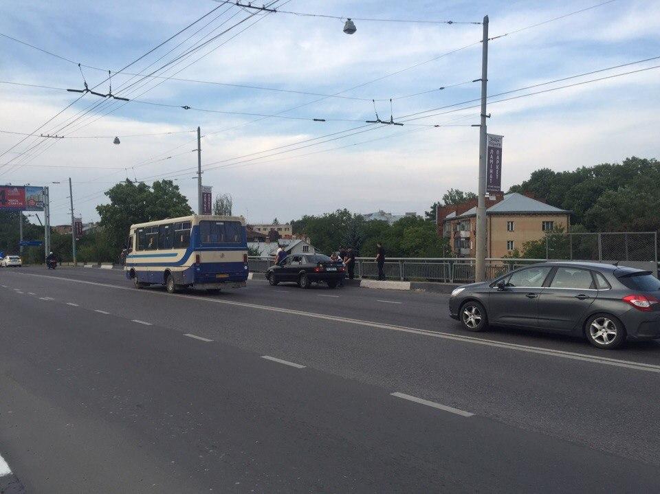 У Львові дівчина намагалась стрибнути із мосту (ФОТО)