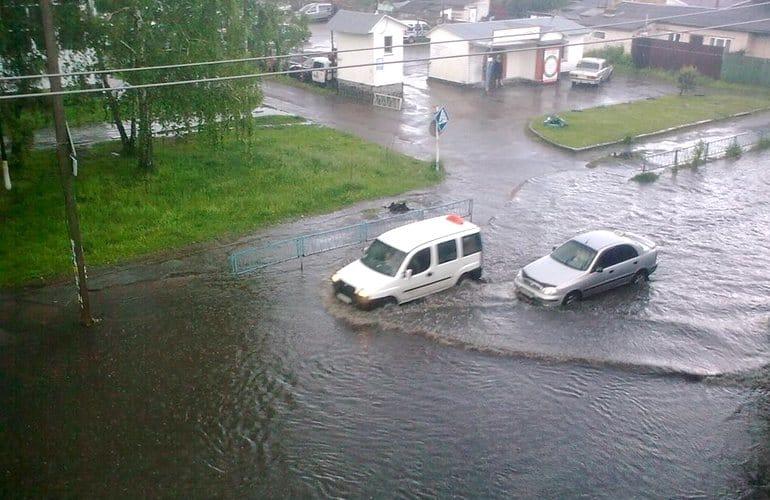 Вулиці стали річками: у Житомирі люди купалися на затоплених зливами дорогах (ФОТО, ВІДЕО)