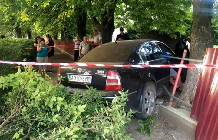 В Ужгороді п'яний ДАІшник на авто протаранив паркан дитячого садочка (ВІДЕО 18+)