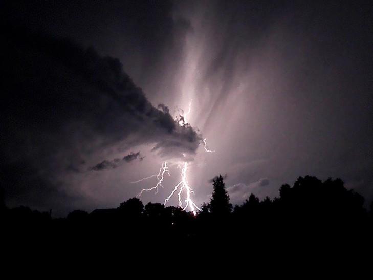 """""""Гнів небесний"""": У мережі показали наслідки потужного буревію у Москві"""