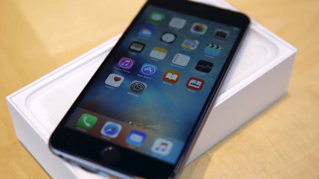 Закарпатський прикордонник змусив контрабандиста подарувати йому iPhone 6S