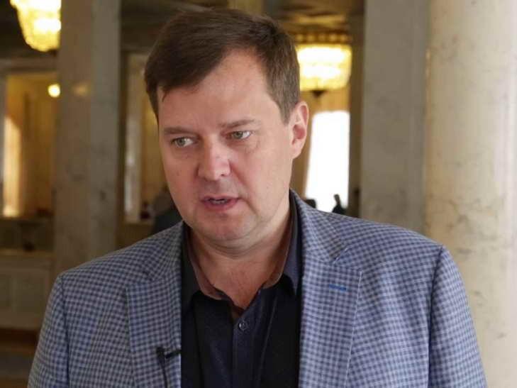 """Нардеп з """"Опоблоку"""" показав непристойний жест журналістам у Раді (ФОТО, ВІДЕО)"""