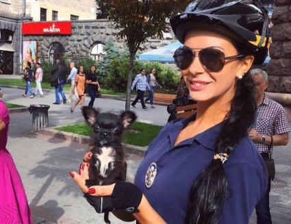 Сексуальний коп: Людмила Мілевич гуляє по вулиці без нижньої білизни (ФОТО)