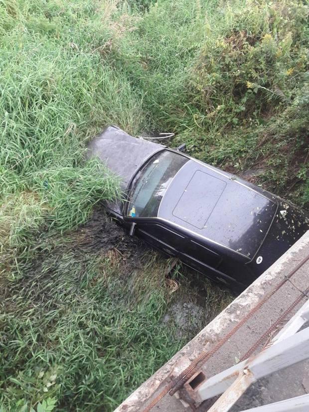 Як автомобіль злетів із мосту біля Львова (ФОТО)