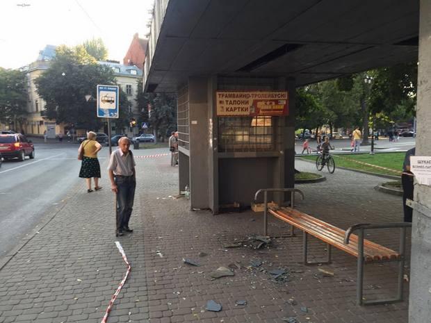 У Львові обвалилась зупинка: постраждали двоє жінок (ФОТО)