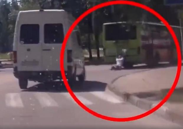 Міцний горішок: Українця переїхало авто, але жертва встала і, «привітавши» водія, пішла собі геть (відео)