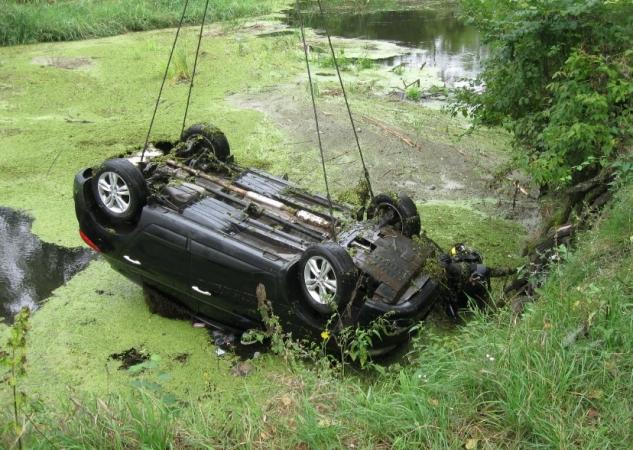 На Харківщині з річки виловили авто та трупи двох пасажирок