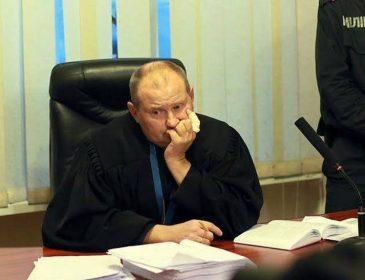 """""""Консервовані"""" долари: НАБУ показали кумедну знахідку яку вилучили у скандального судді-хабарника (ФОТО)"""