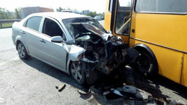Авто врізалось у маршрутку під Харковом, є постраждалі (ФОТО)