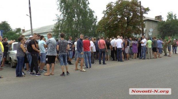 Самосуд над поліцейськими через вбивство місцевого жителя влаштували на Миколаївщині (ФОТО)