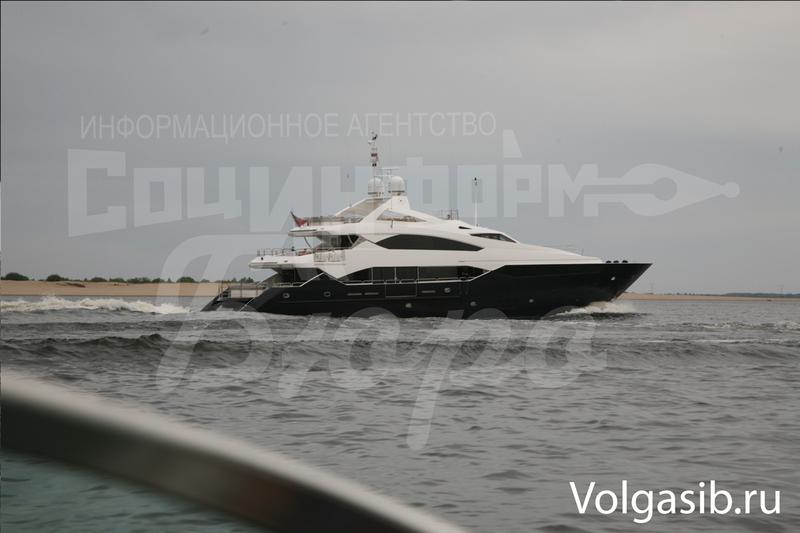 Янукович під посиленою охороною подорожує по Волзі на шикарній яхті