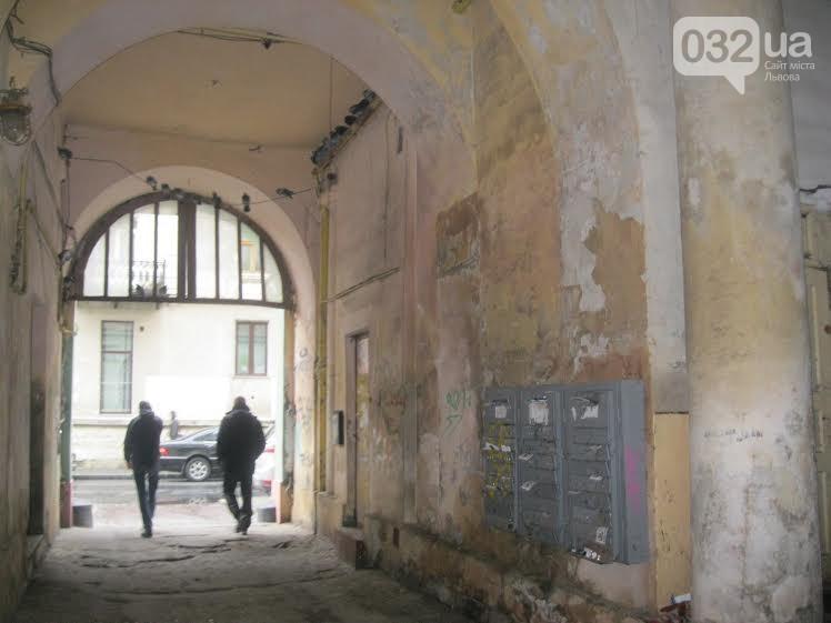 У Львові невідомий ледь не зарізав хлопця після зауваження не мочитися у під'їзді (відео)