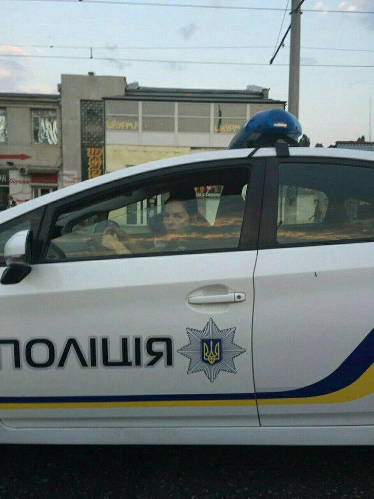 """Як одеська полісменка не соромиться катати дітей на службовому авто і показувати """"факи"""" перехожим (фото)"""