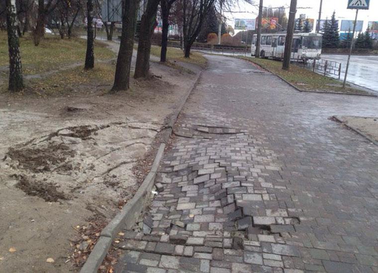 Через прорив водопроводу у Львові провалився автомобіль (ФОТО)