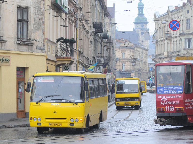 Пікет під міськрадою: у Львові на рейс не вийшли близько 300 маршрутних автобусів