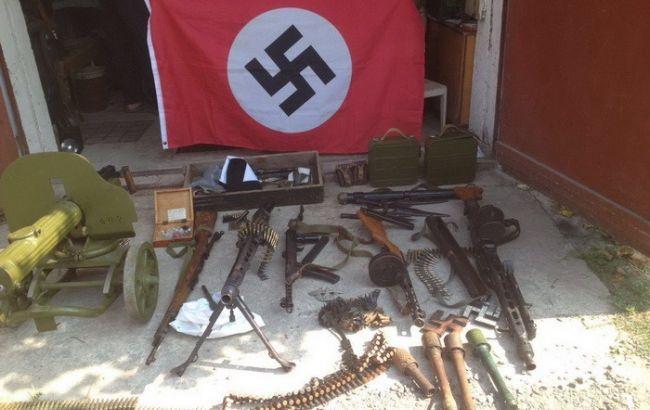 У Херсонській області СБУ виявила у росіянина арсенал зброї і свастику