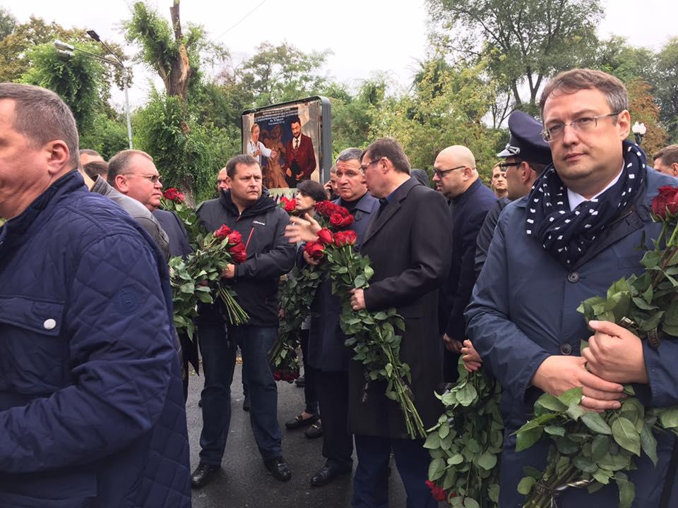У Дніпрі тисячі людей прийшли попрощатися із загиблими патрульними (ФОТО)