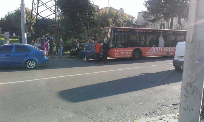 Потрійне ДТП у Львові: зіштовхнулися автобус і два легковики (ФОТО)