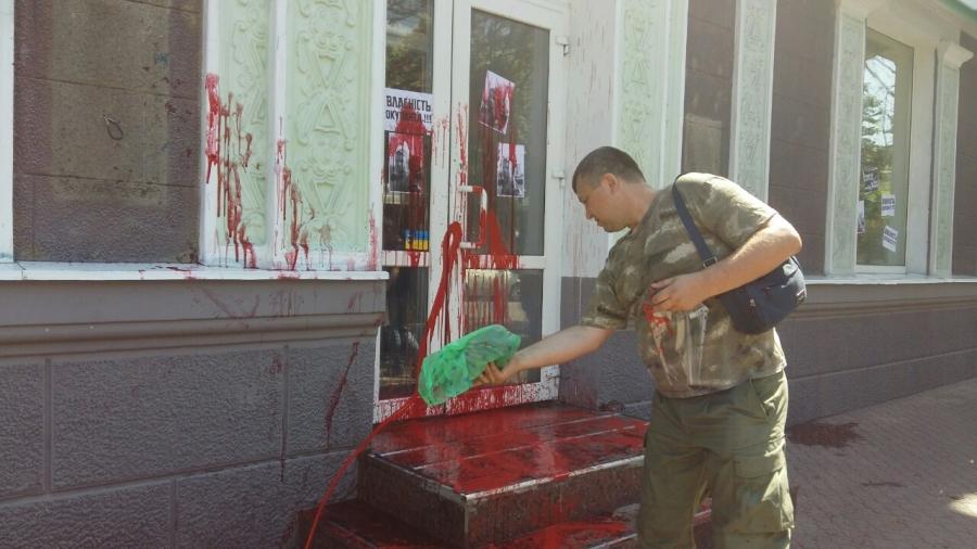 Активісти побили вікна у відділенні Сбербанку