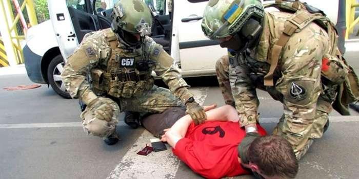 Скандал: поліцейського затримали за продаж наркотиків (фото)