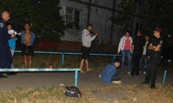 У Києві іноземець накинувся на жінку з молотком, потерпілу направили до лікарні