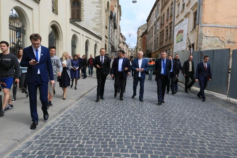 Гройсман прогулявся центром Львова (ФОТО, ВІДЕО)