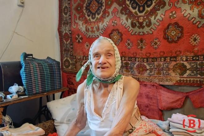 90-річна бабуся у Полтаві днями і ночами кричить від голоду, бо про неї забувають рідні (ВІДЕО)