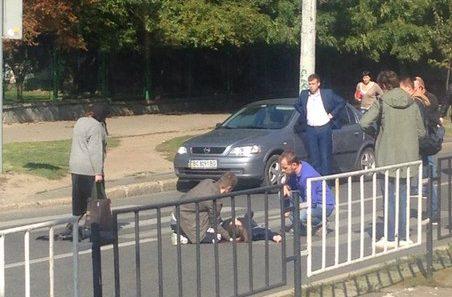 У Львові іномарка збила дівчину (Фотофакт)