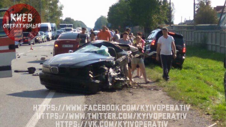 У ДТП у Львівській області розірвало авто навпіл (фото)