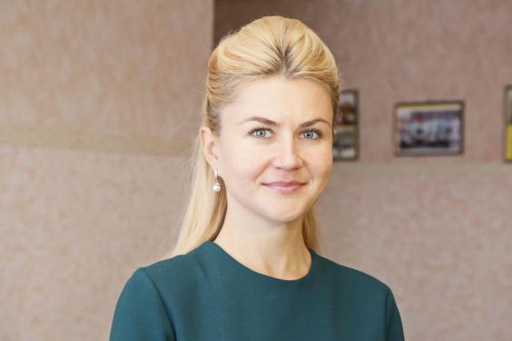 Українська блондинка-губернатор розбурхала мережі своїми фото
