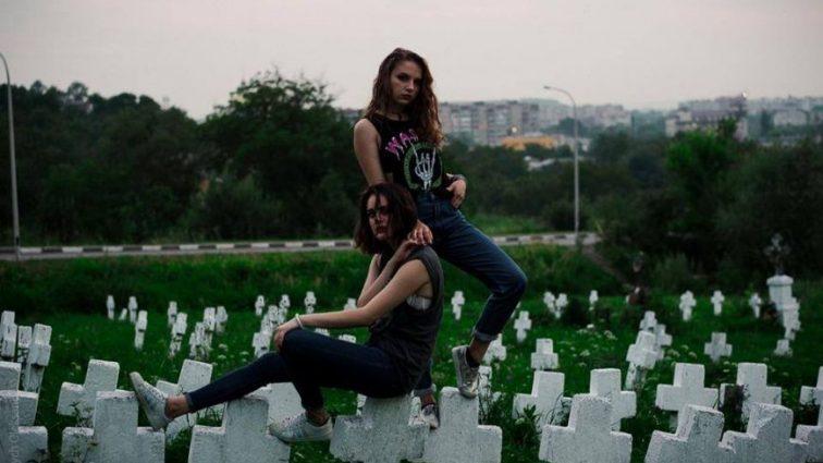 Богохульство чи мистецтво? Франківські лесбіянки влаштували оргію прямо на цвинтарі (ФОТО)