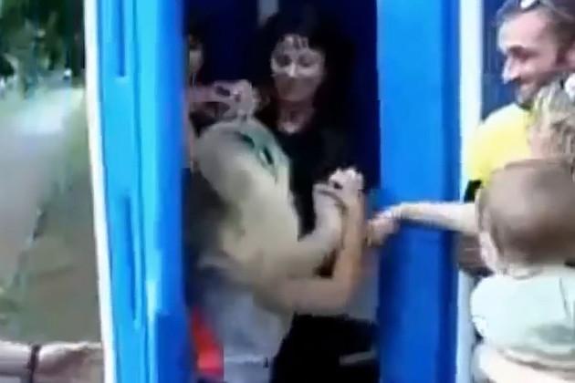 Росіяни зганьбились на весь світ, побившись в черзі в туалет (відео 18+)
