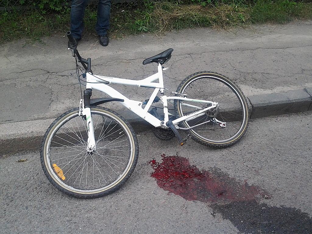 Криваве ДТП у Львові: автомобіль збив велосипедиста (фото)