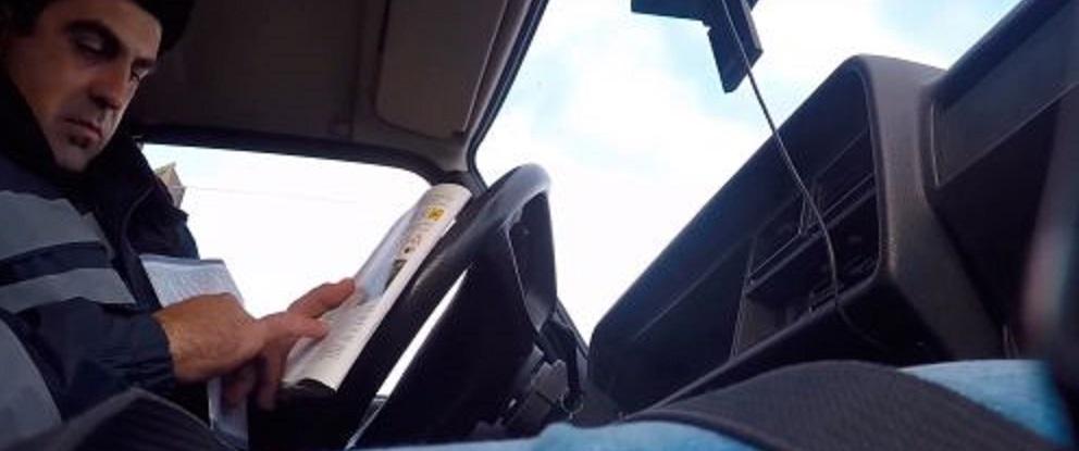 Журналісти зняли, як поліцейські за хабар відпускають п'яних водіїв (відео)