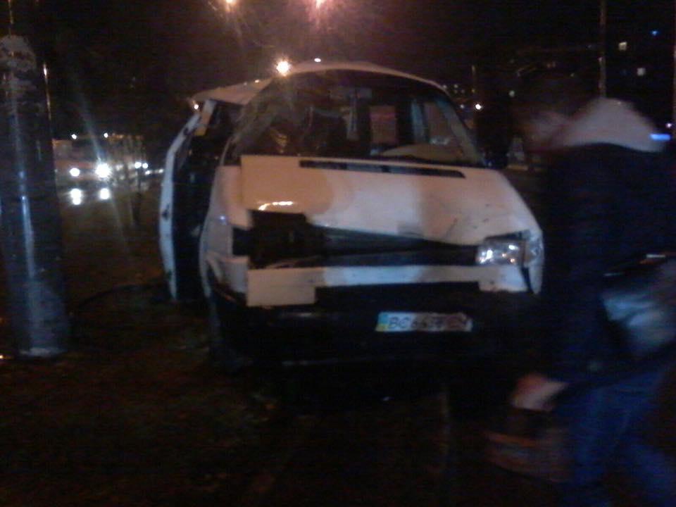 Жахливе ДТП на Львівщині, від машини не залишилось живого місця