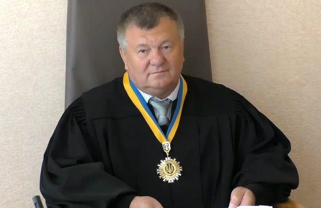 Нахабний суддя своїм вчинком викликав хвилю гніву в мережі (фото, відео)